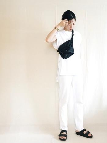 白Tシャツ×白パンツ。パキっとした白が清々しいですね。アクセントにバッグとサンダルで黒を取り入れると、メリハリが生まれます。