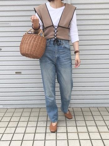 太めのデニムに、白Tシャツ。ベスト・シューズ・かごバッグを同じカラーでまとめてカジュアルコーデをランクアップ!カラーがまとまっていると、Tシャツが目立つので、レイヤードしていてもシンプルな印象が強まります。