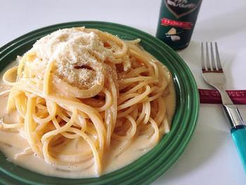 生クリームやベーコンが無くても、味噌と豆乳、チーズでまろやか美味しいカルボナーラが出来上がります。肉や野菜は使っていないので、冷蔵庫の中に材料があまり揃っていない時におすすめ。