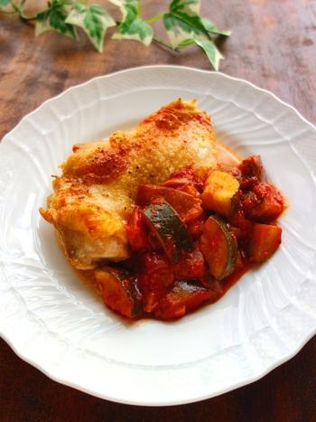 オーブントースターで香ばしく焼いた鶏肉にソース代わりのラタトゥイユをかければ、見た目もおしゃれな一皿に。包丁を使わずにできるので、時間がない時の夕飯にも大助かりです。