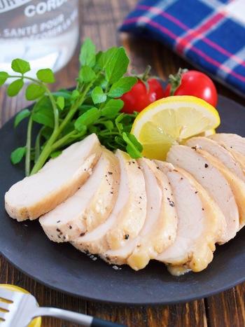 人気の食材、サラダチキンは自家製ならとってもリーズナブル。こちらはレモンの風味と胡椒のアクセントが効いた、やみつきになる味付けです。冷蔵庫で3〜4日保存できますよ。