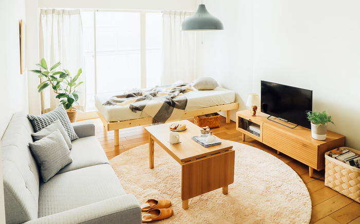 明るいグレーのソファは、落ち着いた優しい印象がナチュラルな雰囲気のお部屋に合わせやすいアイテム。テーブルをサイズ変更できるものにすれば、普段はコンパクトにできて友達を呼んだ時にも対応できます。床でくつろぐことを想定するなら、ラグも座り心地のよいものを選びましょう。