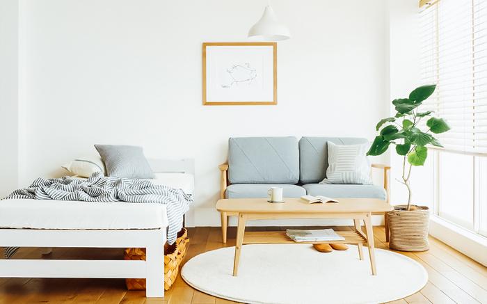 白は、お部屋を明るく広く見せてくれる効果があります。ソファやテーブルの木目も明るめのものを選ぶと、合わせやすくておすすめ。