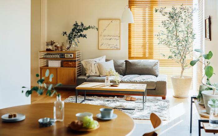 こちらは平行ではありませんが、リビングからもダイニングからもお互いの様子がわかるレイアウトです。リビングの四角いテーブルやソファに対してダイニングテーブルは丸く、空間にメリハリがついています。丸いダイニングテーブルは全員の顔が見えるので、家族が多いお宅やたくさん人が集まるお宅におすすめ。