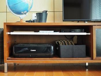 テレビボードの棚板は、しまっておきたいものの高さと、あわないときもありますよね。 付属の棚板を外して、ダイソーの「つっぱり棒」と「つっぱり棒棚」を設置すれば、使いやすい好きな高さにカスタマイズできます。