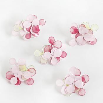 トーン違いのピンクと薄いイエローが、何枚も重なって独特の美しさを演出しているピアスです。透明感のある素材で、顔周りに涼しげなワンアクセントをプラスしてくれます。