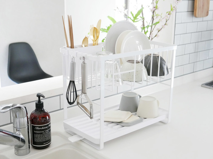 小さなキッチンツールを吊り下げて収納できる水切りかご。 乾燥と収納が同時に完結するので、片付けが苦手な方におすすめです。