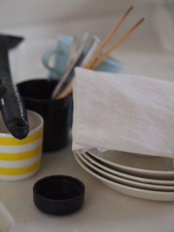 水切りカゴをなくしてみると、キッチンがとても広く使えるようになります。ティータオルやドライボード、椀カゴなどを使うことによって、まめに食器を片付ける習慣も作ることができます。