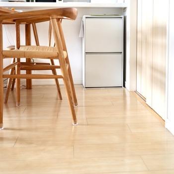 コンセントの数が足りないときに重宝する延長コードは、部屋に一つや二つあるのではないでしょうか? 延長コードが床に置いてあると、せっかくのインテリアを損なうばかりかほこりがかぶり、掃除もしにくくなります。