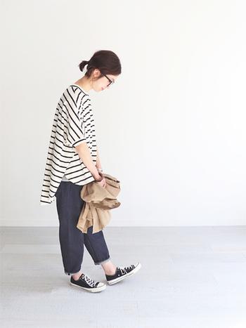 ゆったりサイズ感の白黒ボーダートップスは、七分丈のワイドデニムパンツに合わせてラフな雰囲気に。ゆるアイテム同士の組み合わせは着膨れしやすいので、手首や足首をしっかり見せるのがポイントです。