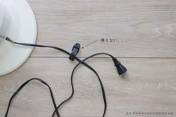 家電のコードを床に置いているとほこりまみれになり、掃除もしづらいですよね。 付属のコードクリップは使いづらいし、このプチストレスをどうにかしたい! と思っている人も多いのではないでしょうか。