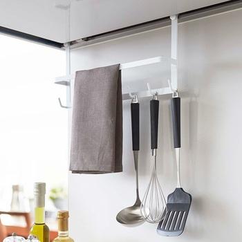 レンジフードにかけるタイプのフックは、フキンも掛けられるデザイン。デッドスペースを有効活用できます。  便利グッズは、かゆいところに手が届くような工夫がつまっているのもうれしい◎