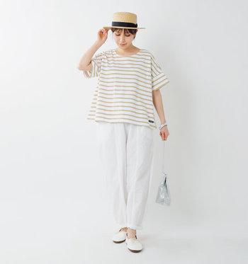 ワイドシルエットのベージュボーダートップスは、白のワイドパンツとシューズを合わせて爽やかな着こなしに。ハットでナチュラル感をアップして、シルバーのバッグでワンアクセントをプラスしています。