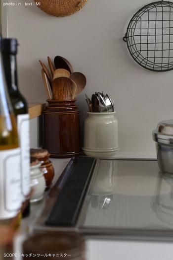 よく乾かしてから収納したい、木製のキッチンツール。 立てて収納すれば、収納しながら乾かすことができるのでとっても便利。  キッチンのテイストに合うキャニスターを揃えると、雑然とた印象にならずに、空間になじみます。