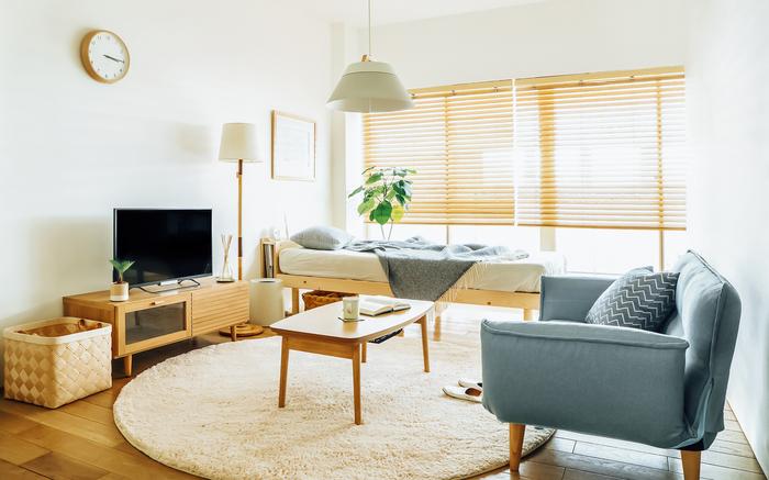 部屋の大きさは異なっても、ベッドの脇に、テレビボード、ソファ、ローテーブルでくつろぎスペースをつくるレイアウトは定番。 生活動線がベッドスペースにかぶらなければ、意識的に空間が区別されます。  ちなみに6畳でも寝室のみの利用なら、クイーンサイズベッドを置いても、一人通れるほどの導線は確保できます。 他に家具を置くなら、ベッドはシングル~セミダブルがおすすめ。  家具は小さめなものを選び、背の低いロータイプを選ぶのと、お部屋を広く感じます。