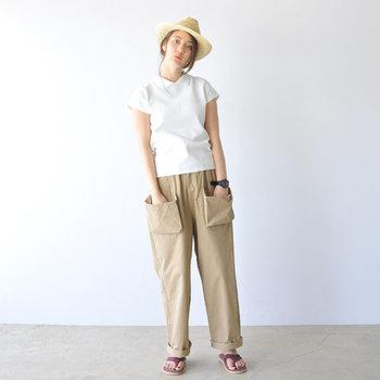 袖丈が短めの白ポロシャツに、カジュアルなベージュのワイドパンツを合わせたコーディネート。ハットとサンダルで季節感をアップして、ベーシックなナチュラルコーディネートに仕上げています。