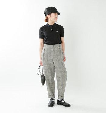黒のポロシャツをチェック柄のパンツにタックインして、おじカジ風にまとめたコーディネート。小物は黒で揃えて、全体に統一感を演出しています。