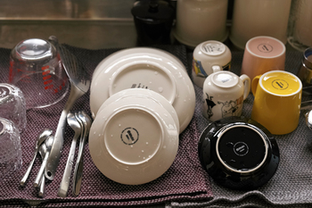 ティータオルを水切りカゴ代わりに使い、食器をしまうタイミングで一緒にティータオルを干すようにすると、シンク周りがとてもすっきりします。