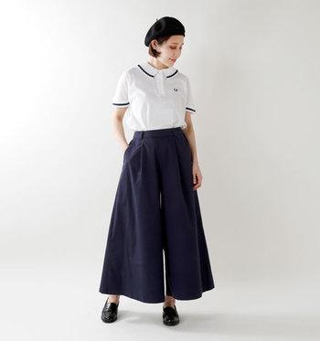 プリーツカラーがちょっぴり個性派なポロシャツは、ネイビーのワイドパンツにタックイン。ベレー帽やローファーシューズでマニッシュにまとめて、マリン風のスタイリングに。