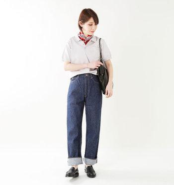 グレーのポロシャツを、デニムパンツにゆるくタックインしたスタイリングです。足元は太めにロールアップして、さりげないこなれ感をプラスしています。首元に赤のスカーフを巻いて、カジュアルなポロシャツをフェミニンにアップデート♪