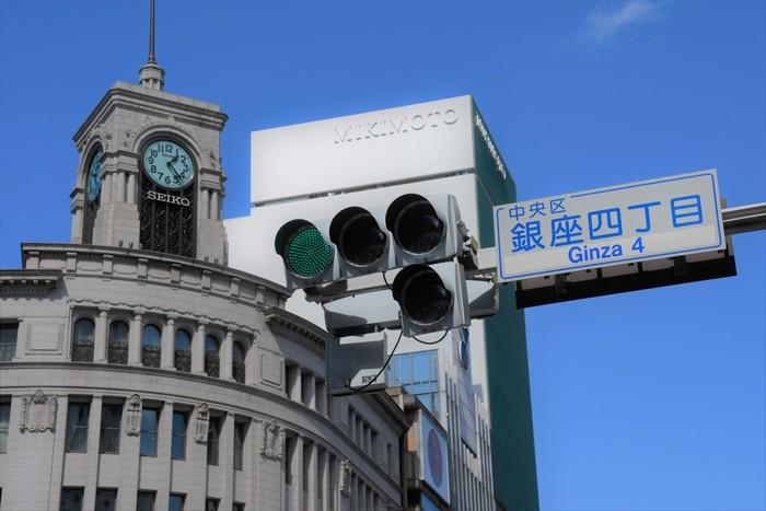 明治維新以降、東京で最も華やかな街となった銀座。各界で活躍する一流の人たちに愛され、自然と選ばれしものだけが集まるようになりました。ファッションでも食文化でも日本を牽引してきたこの街は、現在でも「大人に愛される街」として憧れの存在であり続ける一方、海外からの観光客にも人気のスポットとして賑わっています。