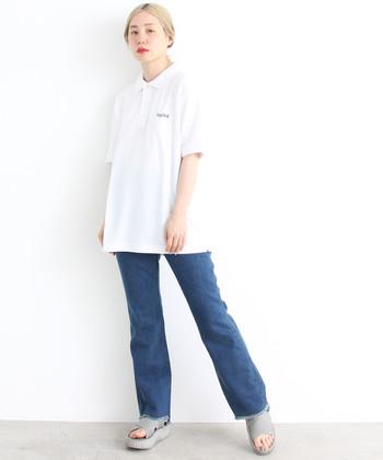 白のポロシャツとデニムパンツを合わせた、とことんシンプルなコーディネートです。カジュアルなスタイルですが、グレーの厚底サンダルで大人感とトレンド感をプラス。デイリーコーデに活躍する着こなしですね♪