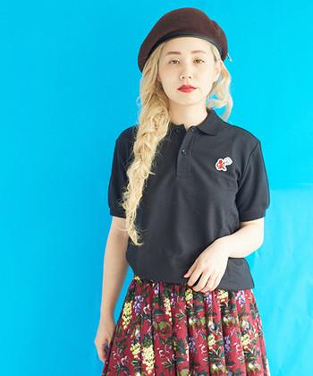 黒のポロシャツに、赤の花柄スカートを合わせた華やかコーデ。ベレー帽を合わせて、大人ガーリーな雰囲気で着こなしています。カジュアルとフェミニンのミックススタイルは、今っぽさ抜群のコーディネートですね♪
