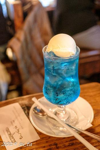 1955年の創業以来、長きに渡って神保町で愛され続けてきた老舗喫茶店のさぼうる。こちらのクリームソーダはなんと6色!ベーシックな緑のほか、赤や青に人気があります。