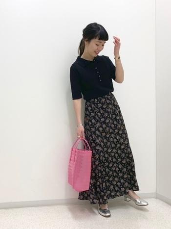 ネイビーのポロシャツに、黒ベースの花柄スカートを合わせたコーディネートです。シックなカラーリングなので、ミックススタイルが上手く馴染んでいます。ピンクのトートバッグで、ダークトーンに明るい差し色をプラス。