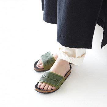 さっと履いてカジュアルに合わせられる、グリーンのスポーツサンダル。軽くてクッション性の高いハイグレード素材「EVA」を採用しているので、歩きやすさも抜群です。