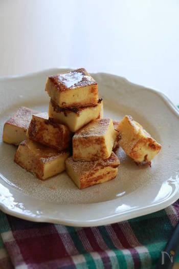 牛乳で煮た高野豆腐をじっくりフライパンで焼きあげて作る、フレンチトースト。ダイエット中も罪悪感なく食べられそうな一品です。牛乳を豆乳に変えると、さらにヘルシーになりますよ♪