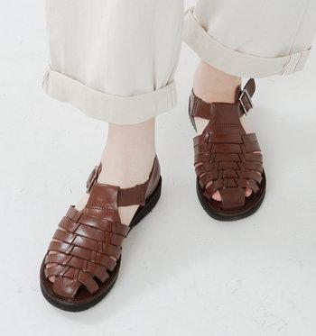 レザーを丁寧に編み込んで作られた、ブラウンのメッシュサンダル。履くだけで涼しげな印象を与えてくれます。かっちり感のある素材なので、キレイめワンピースなどに合わせても◎