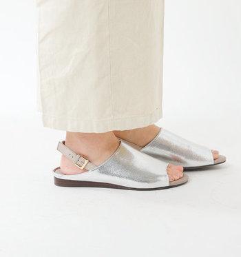 シルバーのメタリックカラーが、ナチュラルコーデに程よいアクセントをプラスしてくれるバックストラップ仕様のサンダル。フラットな履き心地で、歩きやすいのも魅力的です。