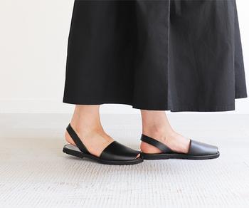 厚みのないフラットソールに、シンプルな黒のデザインで大人コーデにぴったりなアイテム。そのままでも上品ですが、白靴下を合わせて履けばおしゃれ度がさらにアップしそうです。
