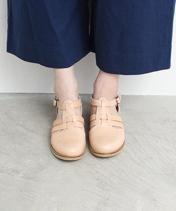 牛革で作られた編み込みサンダルは、つま先が覆われているので靴下やタイツとも合わせやすいのが特徴の一足です。ナチュラルなベージュカラーで、素足で履いてもこなれ感たっぷりなデザインですね♪