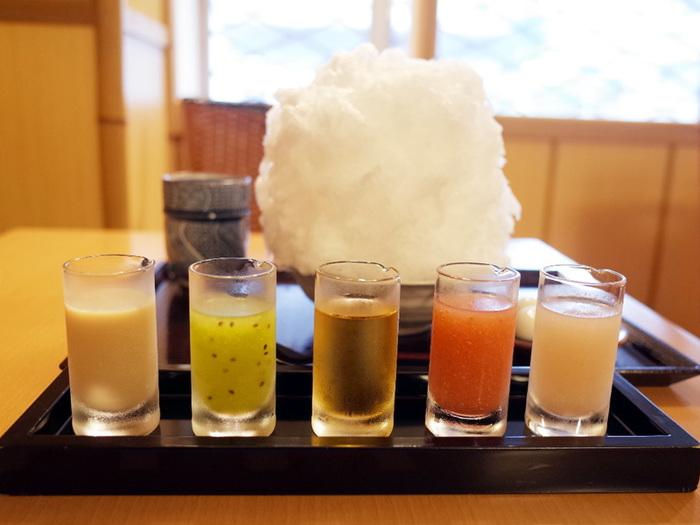 こちらのおすすめは、5種類のシロップが別添えで楽しめる「彩雲」。キウイやりんご、甘酒ミルク、べっこうなど季節によって変わるシロップを、まっ白なかき氷の上に好きなようにかけて味わえます。それぞれの味を楽しむものよし、掛け合わせを楽しむものよしと色々な食べ方ができて楽しいですよ。 氷は湧き水を2~3日かけて凍らせ、丁寧に削ったものなんだそう。