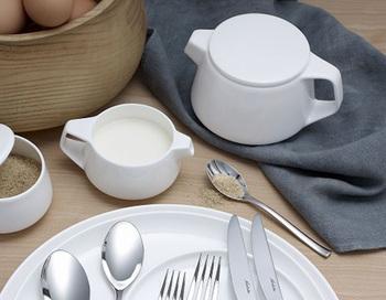オーストラリア出身で、世界的なデザイナーでもある「マーク・ニューソン」が手掛けた食器シリーズのティーポット。真っ白な陶器製でシンプルな佇まいは、朝食やランチタイムのお供にもぴったりですね。