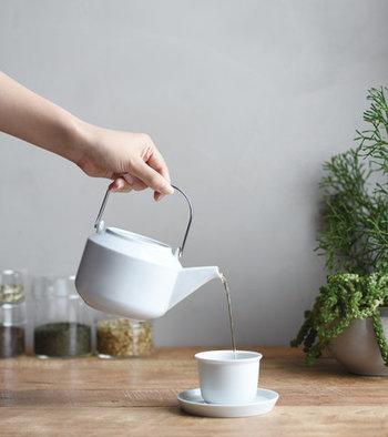 茶葉の美味しさを引き出す、ベーシックな使い心地を追求したデザインのティーポット。取り外し可能なステンレス製のストレーナーが付属しているので、様々な種類のお茶を楽しむことができます。