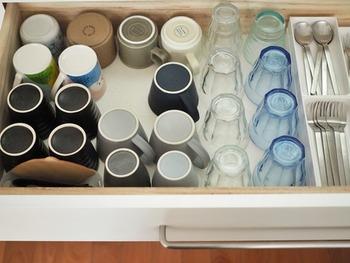 コップやグラスは、引き出しに種類ごとにまとめておくと見渡しやすくなります。 この引き出しに収まるだけ!と決めておくと、数が増えすぎることもありません。