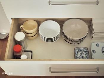 大きな丼は、同じ種類ごとに重ねて引き出しに収納。 キレイにスタッキングできるタイプを選ぶと、高さが出ず省スペースで収納することができます。