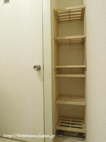 隙間のスペースがある程度あるならば、棚を作るのもいいですね。グンと収納量がアップします。こちらのDIY棚は、すのこを使っているので、湿気が多い洗面所でも衛生的です。