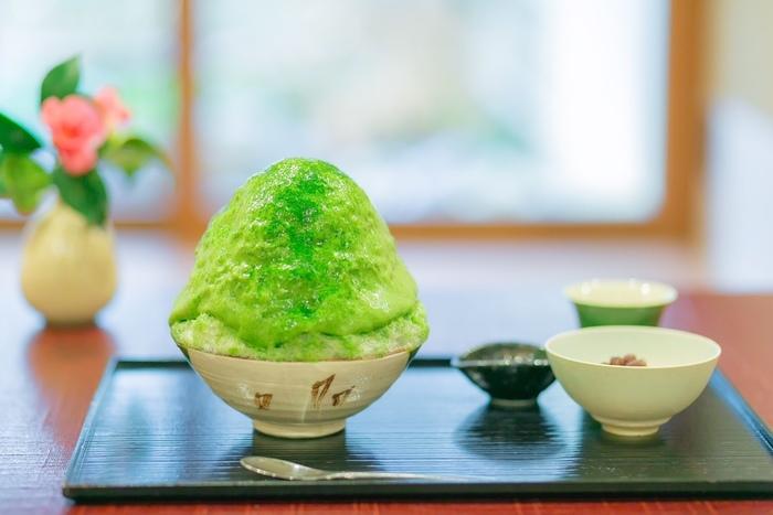 日本に13人しかいないという日本茶 茶審査技術段位の最高位「茶師十段」を所持する大山泰成氏直伝の技を伝授し、日本茶のかき氷を提供している「茶三楽(ちゃさんらく)」」。抹茶、ほうじ茶、抹茶エスプーマのかき氷があり、なかでも「抹茶エスプーマ」は門外不出の作り方で丁寧に仕上げた芸術品、はかなく細やかな泡が特長です。