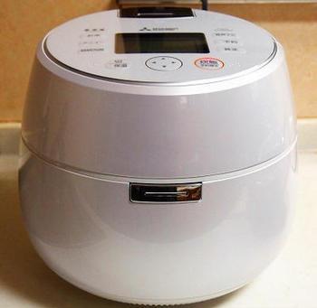 スイッチひとつで簡単にケーキなどが焼ける炊飯器ですが、炊飯器の種類によっては相性が悪いレシピもあります。マイコン式の炊飯器や圧力式の炊飯器はスイーツ作りに対応していない場合がありますので、最初に確認しておきましょう。
