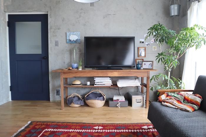 籐のカゴや木製のテレビボード、グリーンに暖色のラグ。異なる素材のものがたくさんあるにもかかわらず、違和感のないmihoさんのおうち。やみくもにものを置くのではなく「今の家に馴染むか」を重視してお部屋づくりを考えているからこそ、統一感が生まれています。どこに目を向けても「ほっ」とするような、ぬくもりのあるインテリアが印象的です。