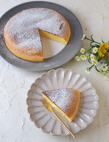 こちらは材料5つで作るスフレチーズケーキのレシピです。卵白を泡立てる必要がありますが、後は混ぜるだけでOK。焼き時間は、焼き上がりに竹串などでさして中の様子を見ながら加減しましょう。粉砂糖を振ればよりおしゃれな仕上がりに♪