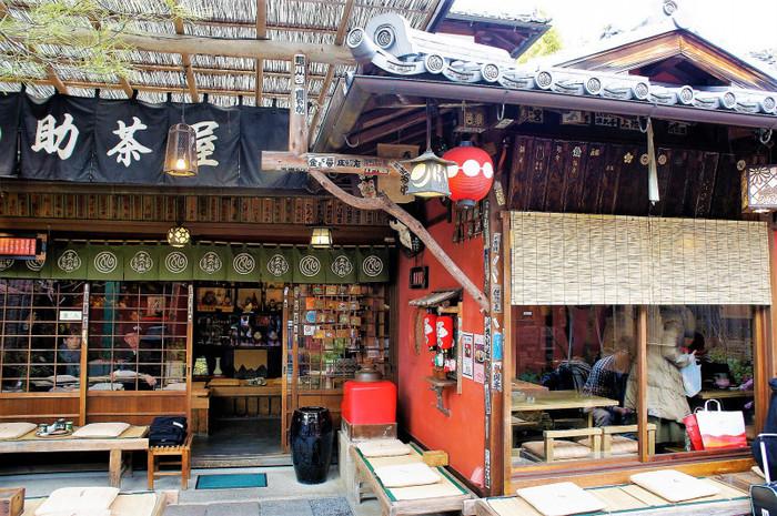 本店は入口から京都東山のシンボル「八坂の塔」が望め、京都の風情たっぷり。清水寺に通じる参道沿いという立地なので、かき氷を堪能した後は定番の観光スポットを巡るのもいいですね。