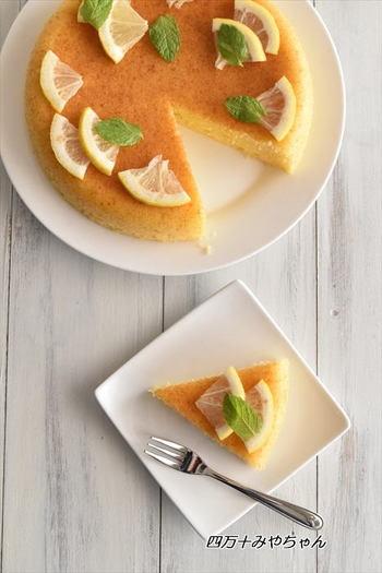こちらはレモンの香りがさわやかなケーキのレシピ。冷やして食べてもおいしいので、初夏~夏にもぴったりですね。仕上げの飾り「レモンの砂糖漬け」は、レモンと砂糖があれば作れます。約半日でできるので、朝作っておけばおやつの時間に使えるでしょう♪