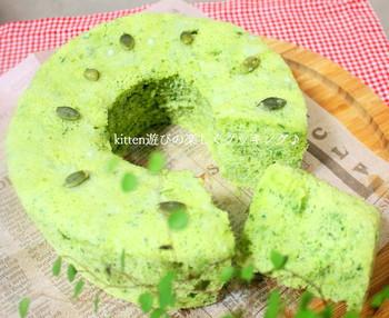キレイな黄緑色のシフォンケーキの秘密は小松菜!野菜を摂りたいときのおやつにも良いでしょう。小松菜はブレンダーなどでピューレにして使いますが、冷凍保存もできるためストックしておけばすぐ使えて便利ですよ。こちらは、紙のシフォンケーキ型を炊飯器にセットして焼くユニークレシピです。