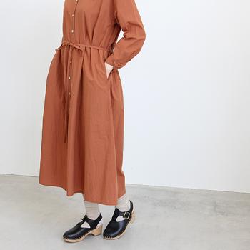 ワントーンのワンピースも、1枚をサラッと着こなすだけだとさみしく物足りなさを感じてしまいます。「ウエストマーク」のあるワンピースを選ぶことでコーデが引き締まり、まとまって見えます。