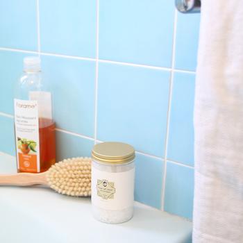 好きな香りの入浴剤やバスソルトを入れると、さらに贅沢な時間に。ラベンダーやベルガモットなどリラックス効果の高い香りや、ローズやネロリの優雅な香りもおすすめです。